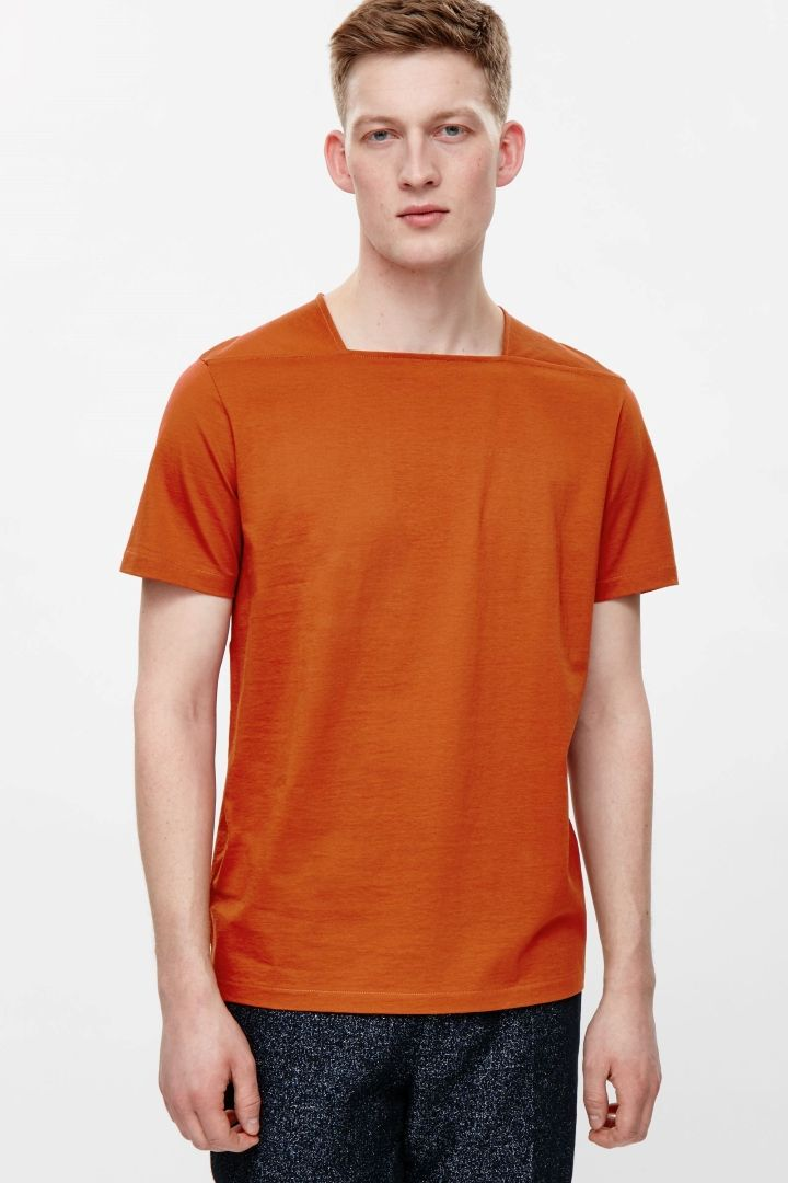 NOTE/IDEA : Square-neck on a cotton t-shirt or woven shirt