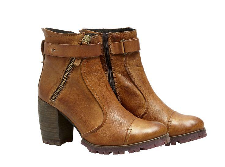Bottines IFRENCH. Dessus : cuir  Première de propreté : cuir Doublure : cuir semelle : élastomère. Partenariat avec la marque KARSTON. Fabrication Européenne. #mode#elora#elorabygf#chaussures#bottines#taupe#talon#baroudeuse#casual#karston#