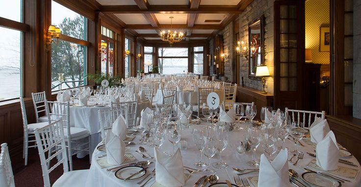 La salle à manger principale de style verrière peut accommoder jusqu'à 80 personnes en style réception. La salle Forget, attenant à la salle à manger peut accroître ce nombre jusqu'à 110 personnes. Nos grands espaces au bord de l'eau permet l'installation d'un chapîteau pour des mariages avec magnificience allant jusqu'à 200 personnes.
