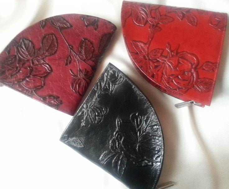 """Designer Geldbörsen Rosen Muster rot burgund schwarz Segmentform. Außergewöhnliches Design in luxuriöser, klassisch zeitloser Form - Leder Handtaschen und Geldbörsen mit den Blumen der Divas machen jedes Outfit zu einem Ergeignis. Durch ihre perfekte Verarbeitung und die schmeichelnd erhabenen Lederqualitäten der Trendmarke déqua werden diese Kreationen zu für sich selbst """"sprechenden"""" Geschenken der Liebe und zu klassischen Must-haves mit schier unendlichen Kombinationsmöglichkeiten."""