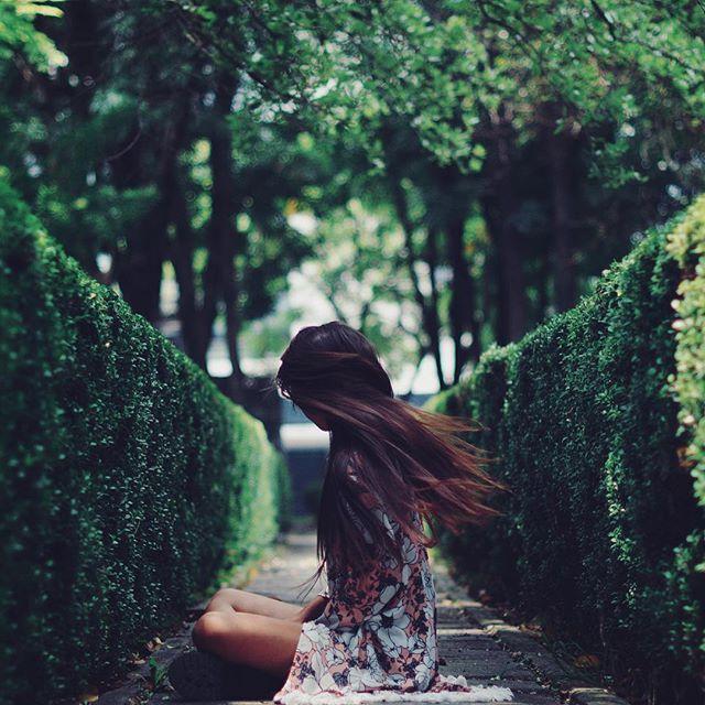 El tiempo se enmudece en una foto para congelar el sentimiento oculto de un día cotidiano y así mismo hacerlo eterno. Hay momentos que desgarran la esencia de un alma frágil; la arropo y la visto con letras que expresan ese silencio que aturde a unos oídos sensibles pero con el cual se aprende a vivir. Soy, siento, existo.