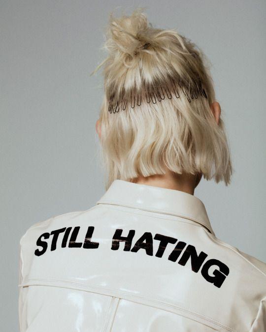 artista plastico blanco cuero brillante charol letras campera hater
