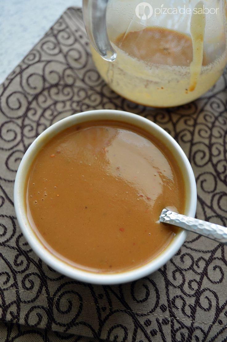 Aderezo de cacahuate cremoso con salsa de soya, aceite de oliva, miel de abeja, un poco de jugo de limón, jengibre rallado y para darle el toque picosito usamos chile quebrado o chile guajillo triturado.