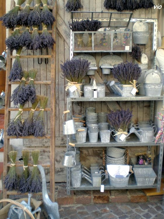 Two of my favourite things -- lavender and zinc! Le Castellet, Var. Village médiéval #lavender