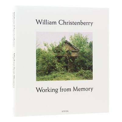 ウィリアム・クリステンベリー(William Christenberry, 1936 - )は、アメリカ合衆国アラバマ州出身の写真家、画家、彫刻家です。 アラバマ大学にて美術を学び、抽象表現主義の画家としてアーティストのキャリアをスタートさせます。 その後、クリステンベリーの故郷であるアラバマなどの貧しい農民の生活を追った、ジェイムズ・エイジーのテキストとウォーカー・エバンスの写真による書籍『Let Us Now Praise Famous Men』(1941年)を知り、大きな影響を受けます。 1968年からワシントンD.C.のコーコラン・カレッジ・オブ・アート・アンド・デザインで教育に携わる傍らで、毎年夏に故郷を訪れ、合衆国南部特有の光景である廃屋や小屋などを、カラーフィルムで撮影した写真作品の制作を始めます。 古い看板や標識のコレクターとしても知られ、写真のモチーフとなった小屋のイメージを再現した彫刻作品の制作も行っています。  本書はクリステンベリーによる、物語の要素を取り入れた写真集となります。…