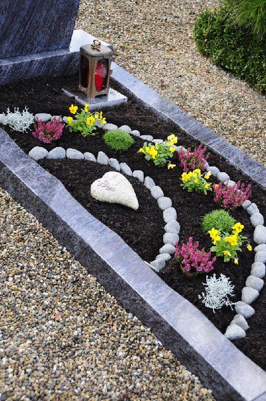 Die dunkle Erde bringt einen schönen Kontrast und so wird diese Art der Bepflanzung zum Blickfang auf dem Friedhof. (#10)