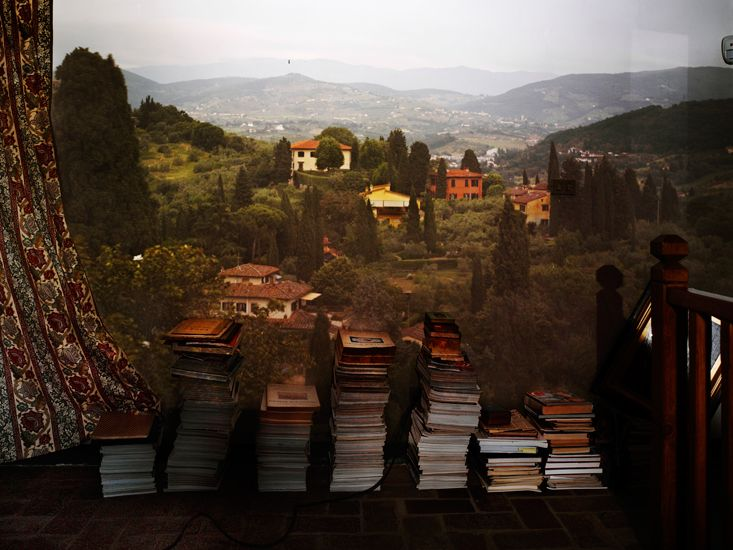 Abelardo Morell - camera-obscura-view-of-landscape-outside-of-florence-in-room-with-books.jpg (733×550)
