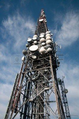 Grote televisie-en radio-toren met verschillende parabolische antenne op hoge citaat (berg) - Roncola (Italië) Stockfoto