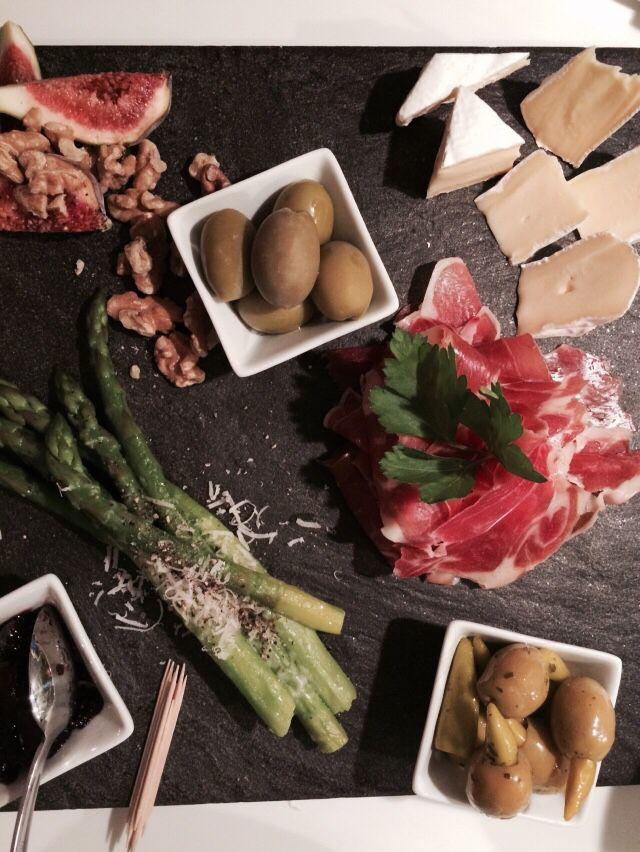 Snack platter; oster, oliven, spekemat, fiken, asparges og syltetøy + godt brød