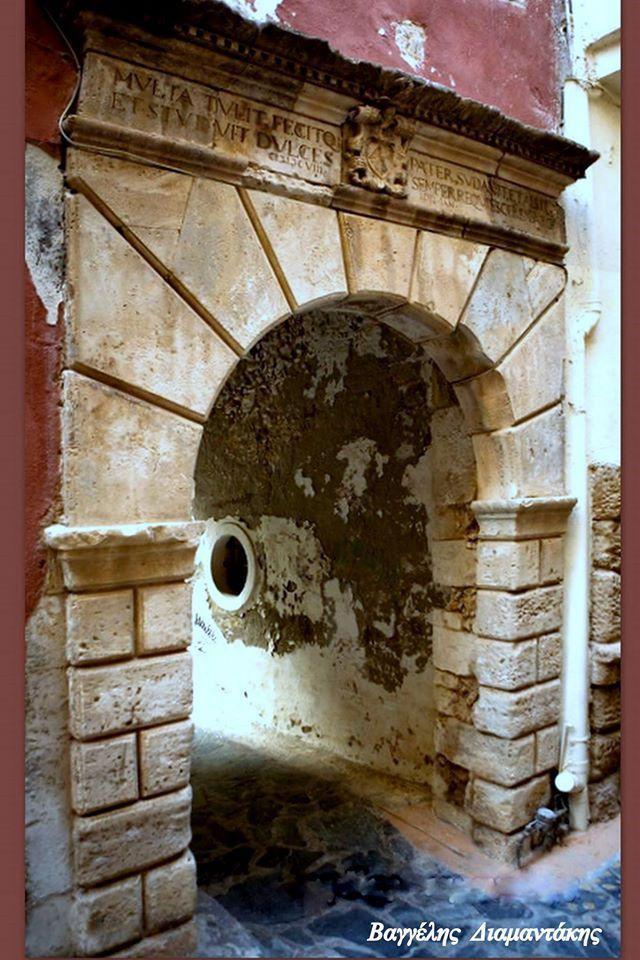 Επιγραφή στο Βενετσιάνικο μέγαρο Ρενιέρ στην πάροδο Θεοφάνους. MVLTA TYLIT. FECITO.ET STVDVIT DVLCES- PATEP SVDAVIT. ET ALSIT. SEMPER REOVIES CERENAT.(=Πολλά έφερε, έκανε και μελέτησε ο γλυκός πατέρας , κουράστηκε και ίδρωσε. Αιώνια γαλήνη ας τον σκεπάζει ). Η χρονολογία δηλώνει οτι το κτίριο κατασκεύαστηκε τον Ιανουάριο του 1608