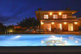 Villa élégante dans un bon quartier avec piscine privée et plusieurs terrasses. Située centralement près de vieux villages, restaurants, bars et boîtes de nuit. http://www.locationvillaespagne.com/lloret-de-mar/poeme/