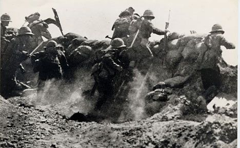 This is a picture of one of the top 10 deadliest battles of WW1. World War 1 is remembered as one of the bloodiest battles in history with millions of soldiers dying on both sides. The battle depicted is the Battle of Gallipoli which had around 473,000 casualties in itself. Here you can see the soldiers on the front lines most likely using their sandbags as protection from the facing enemy in front of them. http://bit.ly/1lrizIn (K)