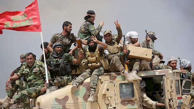 Irakische Paramilitärs nach der Eroberung einer Stellung des IS.