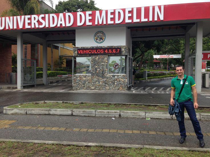 Llegando a la Universidad de Medellín para el Taller sobre Branding Emocional para alumnos del Grado de Comunicación Gráfica Publicitaria_Francisco Torreblanca