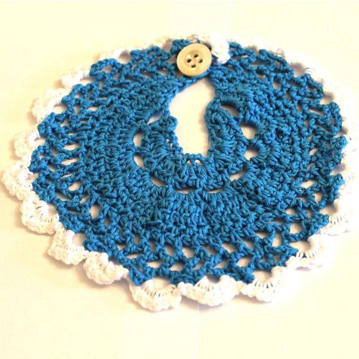 Stupendo bavaglino blu e bianco per bambini realizzato a mano all'uncinetto
