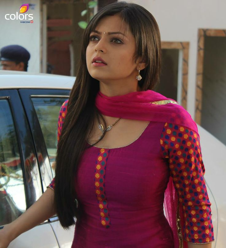 Drashti Dhami in beautiful magenta salwar kamiz..This is a lovely patter which you can create in any pretty color like black, parrot green, red or yellow! you just need to buy plain material and matching material for sleeves! m gonna make same for me!