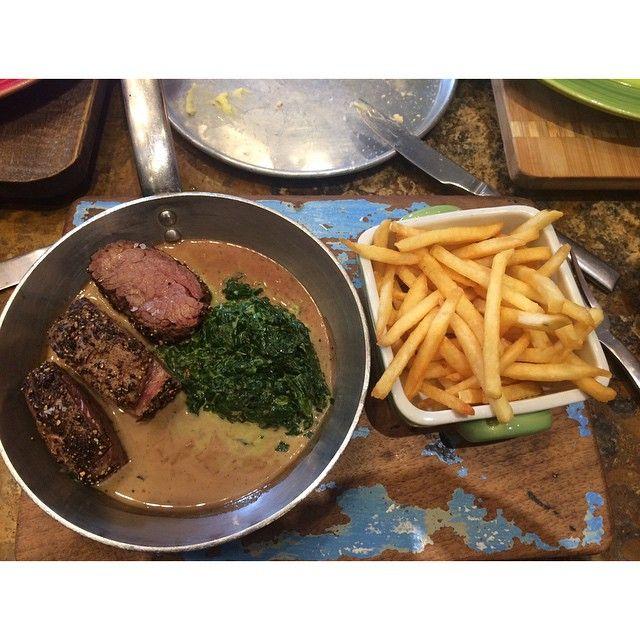 Steak con salsa de champiñones acompañado con espinacas a la crema, un plato ideal para los amantes de la carne