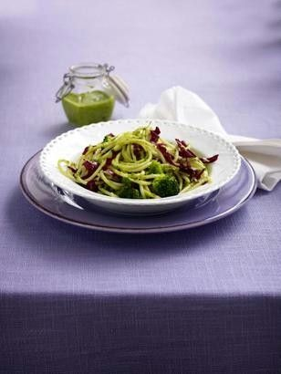 Noodles with pesto and vegetables