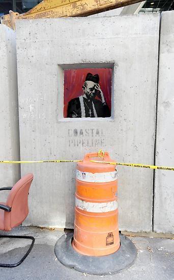 Am 12. Oktober nahm Banksy die katholische Kirche aufs Korn, indem er einen Betonblock zum Beichtstuhl machte und ...