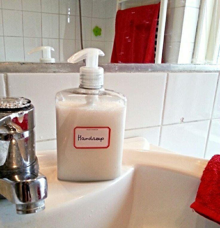 VLOEIBARE HANDZEEP ☆ Ingrediënten: - 40-50 gram Marseillezeep (geraspt of in vlokken) - 1 liter kokend heet water - 1 eetlepel glycerine - etherische olie - een lege handpomp ¤ Bereiding: Doe de zeep bij het hete water en los de zeep al roerend op. Laat nu het mengsel 10 uur afkoelen. Het mengsel is nu opgestijfd. Klop het mengsel los zodat het weer vloeibaar wordt. Dit kan met een garde, maar ook heel goed met een staafmixer. Roer ook de glycerine en de druppels olie erdoor. Giet de zeep in…