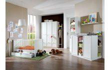 Nádherný bílý pokojíček pro miminko s postýlkou, přebalovacím pultem a skříněmi v různých velikostech.