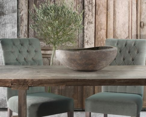 What an amazing mix - velvet tufted chairs, worn rustic table, organic wooden bowl <3