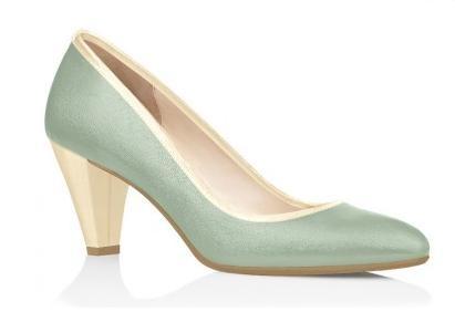 Escarpins cuir lait gris bleuté pour un mariage couleur pastel.   Milky blue grey leather heels for a wedding  of pastel colours.