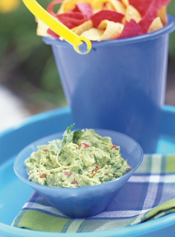 Recette de guacamole: recette santé de Ricardo. Servir en trempette, avec des tortillas. Ajouter les ingrédients aux avocats et au jus de lime. Cuisine du monde.