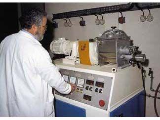 Métallurgie, pharmacie, cosmétique, automobile, agroalimentaire... nombreux sont les secteurs professionnels où le technicien chimiste réalise expériences et analyses, participant ainsi à l'élaboration de nouvelles molécules, composants ou produits.