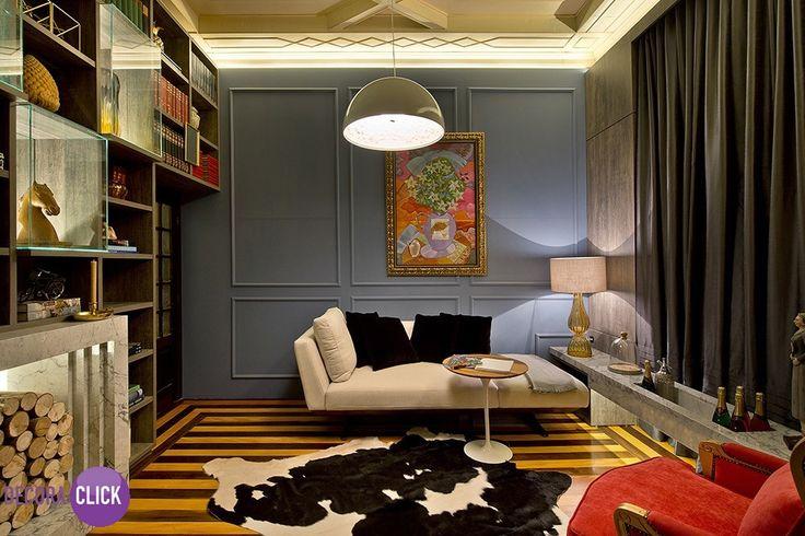 """Decoração de Interiores - Salas  Esta é a """"Sala de Visitas"""" com uma decoração moderna e atual, e toques de cor nos lugares certos, como o belo tapete preto e branco e a poltrona clássica. A estante ganha a leveza do vidro e uma obra de arte enfeita a parede. Linda!  Projeto: Christina Lago e Gabriel Hering  Veja mais em nosso blog! http://decoraclick.com.br/decoracao-de-interiores-salas-5/"""