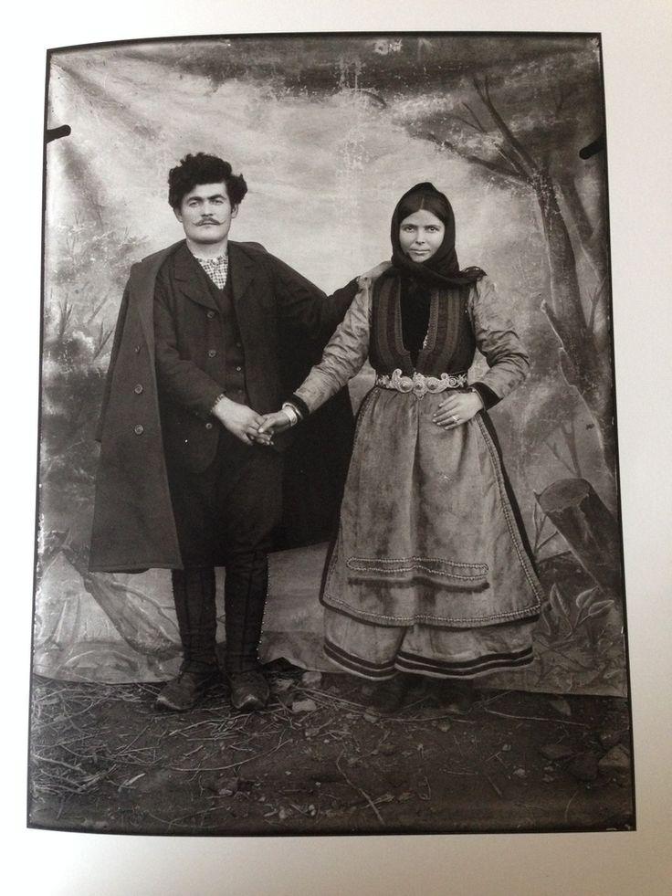 Peasant Couple from Kastoria Region by Leonidas Papazoglou ''Λεωνίδας Παπάζογλου - Φωτογραφικά πορτρέτα από την Καστοριά και την περιοχή της, την περίοδο του Μακεδονικού Αγώνα, από τη συλλογή του Γιώργου Γκολομπία''