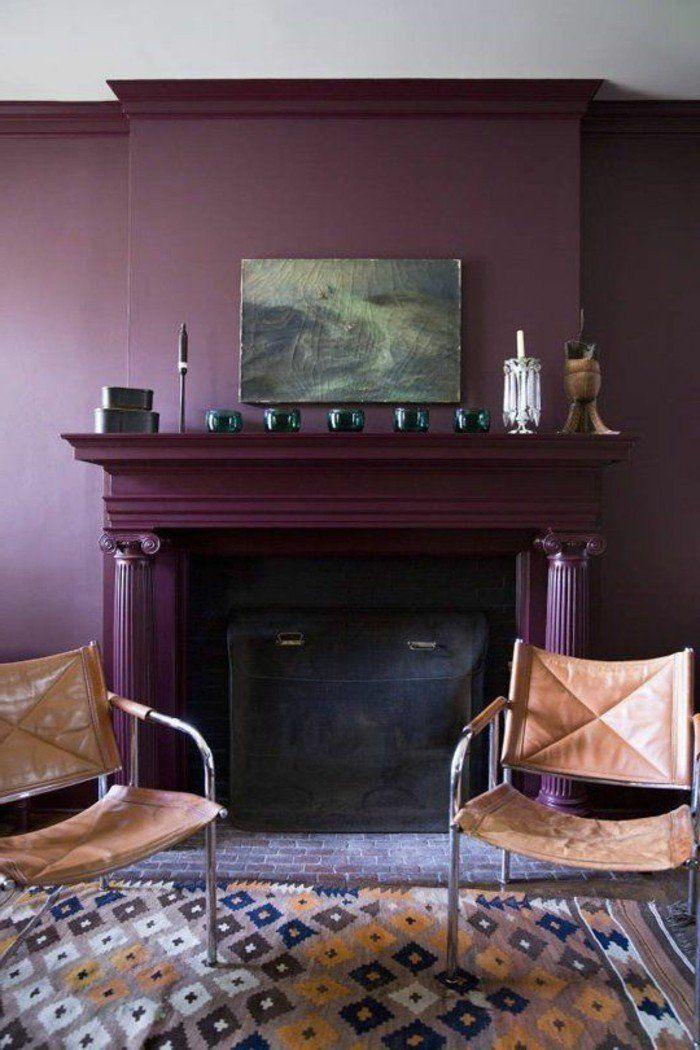décorer son appartement, cheminée d'intérieur et murs en violette, tapis coloré