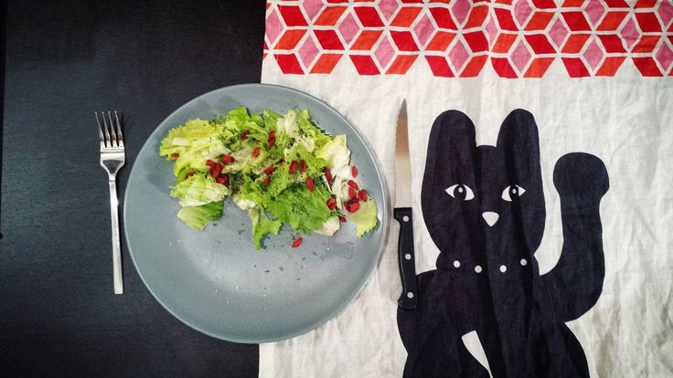 «Petite salade verte (mais pas que : quelques pointes de rouge avec des baies de goji) du soir bonsoir ✋ #goji #salade»