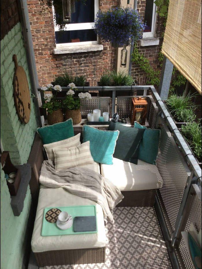 Comment agencer un petit balcon, canapé pour terrasse avec coussins turquoise bleu et gris