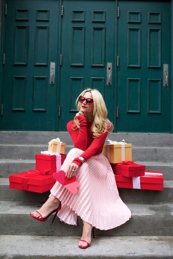 Outfit para San Valentín: Combinar el rojo con el rosa es un tanto difícil, pero se esta convirtiendo en tendencia. Puedes combinar un tono rosa pastel con un rojo opaco y la combinación será súper original