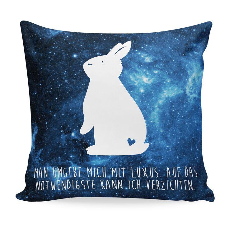 Kissen 40x40 Kaninchen Hase aus Soft-Feel Kissenbezug  Flauschig - Das Original von Mr. & Mrs. Panda.  Ein wunderschönes kuscheliges Kissen von Mr. & Mrs. Panda mit wunderbar weicher entnehmbarer Füllung  - liebevoll bedruckt, verpackt und verschickt aus unserer Manufaktur im Herzen Norddeutschlands. Das Kissen hat einen Reißverschluss zum Entnehmen der Füllung und die Größe von 40x40 cm.    Über unser Motiv Kaninchen Hase  Die Nagetiere sind bei Kindern wegen ihrer Größe, wegen dem…