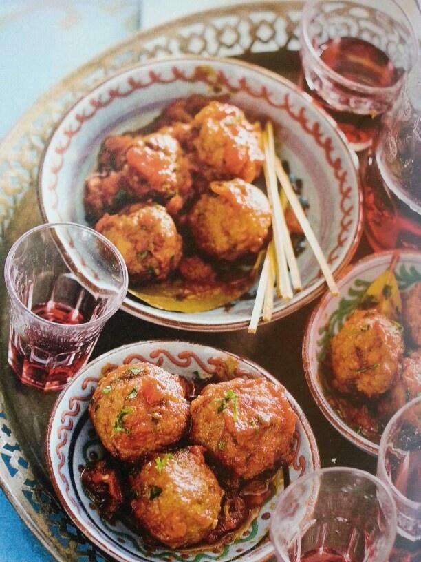 Spaanse gehaktballen met chorizo en tomatensaus.