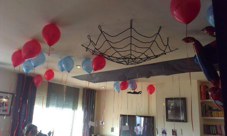 Decoración de Spiderman en el techo. En la cartulina negra del techo, se encontraban colgando de unas cintas, todas las fotos de los niños de la fiesta.