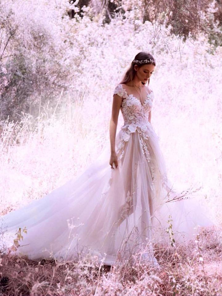 Sexiga Bröllopsklänningar V-Neck Appliques Sweep / Brush Train Bröllopsklänning, 130 från Happybridal
