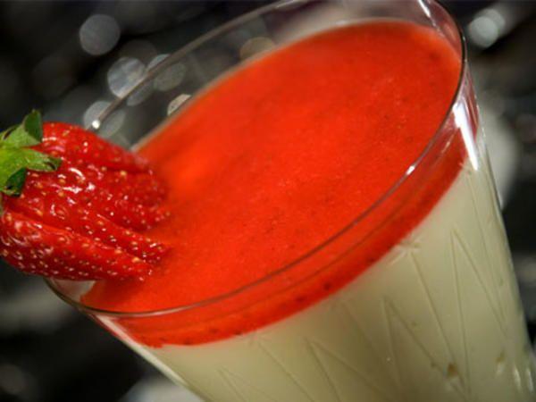 Vit chokladmousse med jordgubbssås
