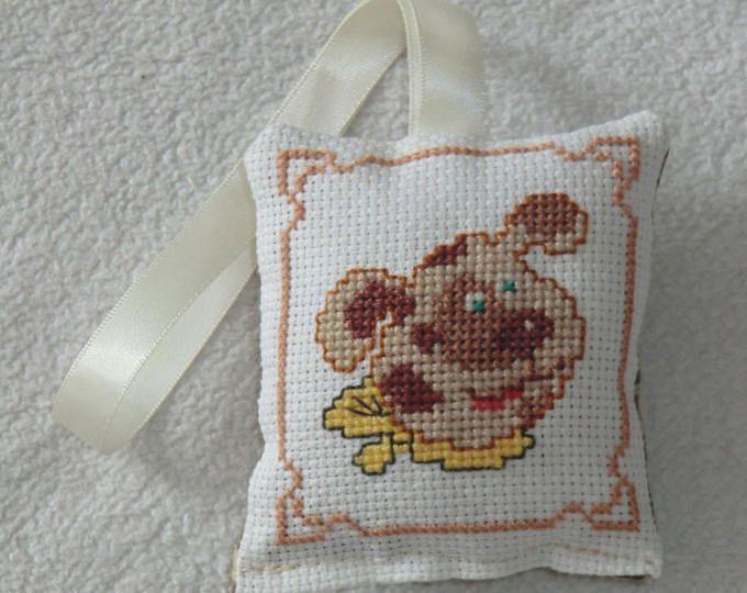 Petit Coussin - Pour enfant - En Tissu coton - Brodé à la main - Chien au foulard - 9cm X 8cm - Décoration murale chambre - 100% Fait Main