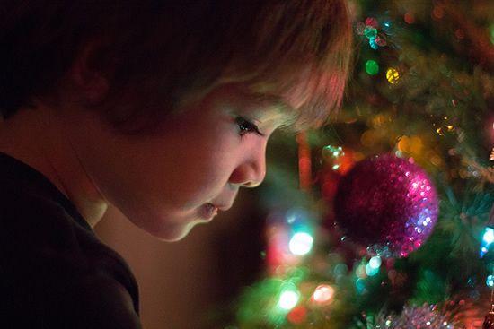 Ensinar às crianças o verdadeiro significado do Natal | Presentes, presentes, presentes… e o Pai Natal, claro! Para as crianças, a quadra natalícia resume-se, praticamente, a estas duas coisas. Coisas importantes, sem dúvida, mas limitativas. Afinal, o Natal é muito mais do que isso e é fundamental que as crianças o percebam – só assim podem viver e recordar, ano após ano, o verdadeiro espírito da quadra.