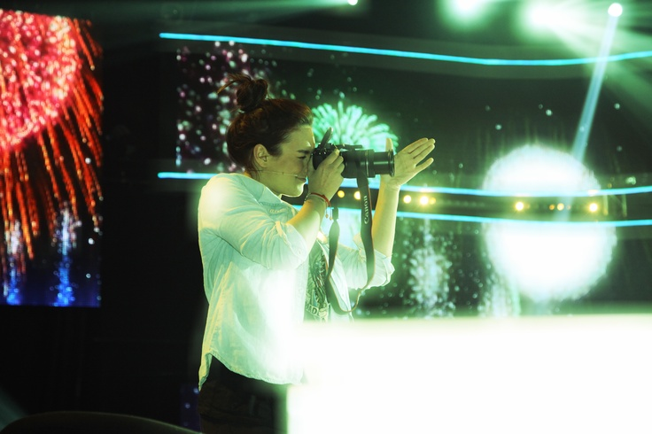 Kto sa to snaží splynúť so svetlami reflektorov? Ewa Farna sa zahrala na dvornú fotografku finalistov. Vypočujte si úžasné hity finálového večera ešte raz na http://superstar.markiza.sk/clanok/aktualne/jeden-vykon-lepsi-ako-druhy-divaci-buracali.html Zistíte aj, že Ewa Farna by sa uživila aj ako paparazzi http://superstar.markiza.sk/clanok/aktualne/ewa-farna-sa-o-karieru-bat-nemusi-je-z-nej-paparazzi.html