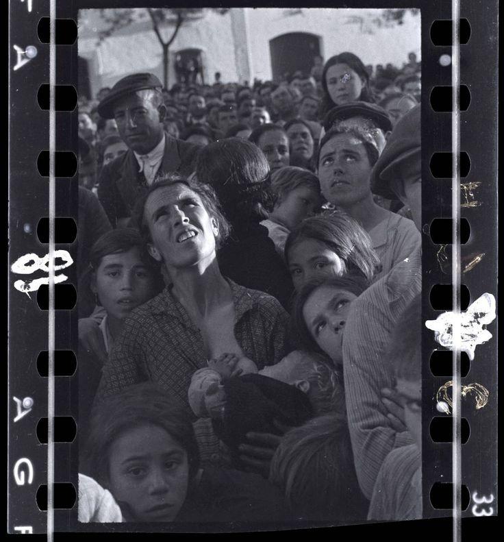 Mulher amamentando e escutando um discurso político perto de Badajoz, Espanha, maio de 1936. CHIM ESTATE OF DAVID SEYMOUR / MAGNUM | EL PAÍS Brasil
