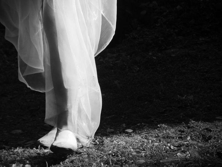 1..Cammina lungo il guado, lontano, ascolta il rumore dell'acqua che lo tocca e lo colma. Sprofonda nella pioggia orizzontale, risali sulla roccia che fende avvolta di luce. Lascia il fardello ai piedi tocca, senti,  giù il freddo, il caldo a risalire.