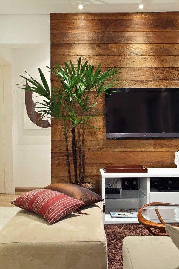 A smirglivel éppen csak átdörzsölt, használt fa deszkák is jók lehetnek védőburkolatként, rusztikus felületük egyszerre díszít is. Egyedi dekorációt készíthetünk ezzel a módszerrel például a tévé mögé is!