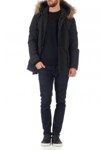 Deze zwarte herenjas van Airforce is ideaal voor de winter. De jas is gewatteerd en heeft een capuchon met een afneembare bontkraag. Klik hier voor meer informatie.