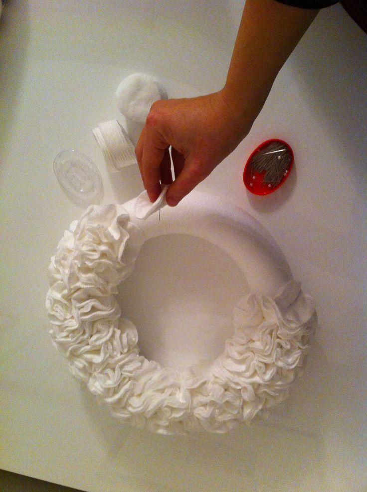 Ghirlanda bianca: servono spilli, corona in polistirolo e dischetti di cotone. Effetto nuvola!!