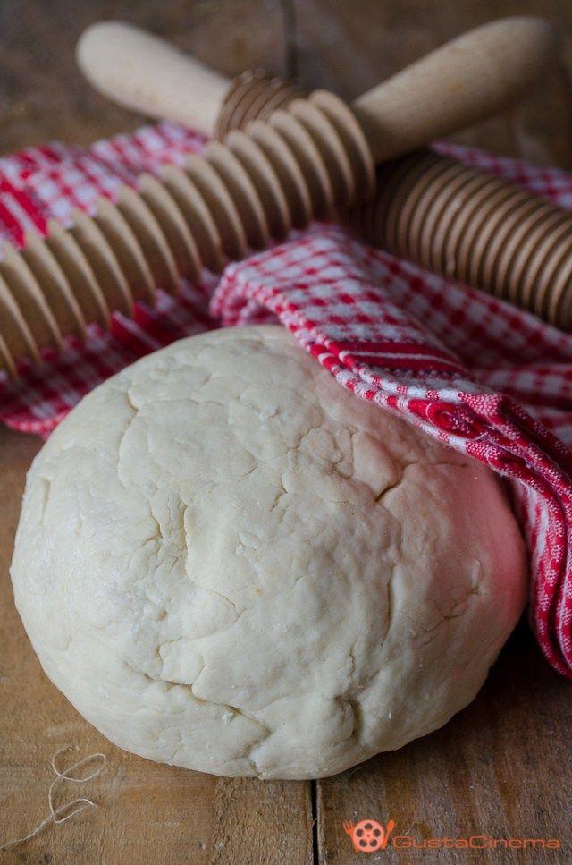 Impasto pasta fatta a mano senza uova, una ricetta facile realizzata con pochi ingredienti con il quale potrete preparare tantissimi tipi di pasta fresca fatta in casa.
