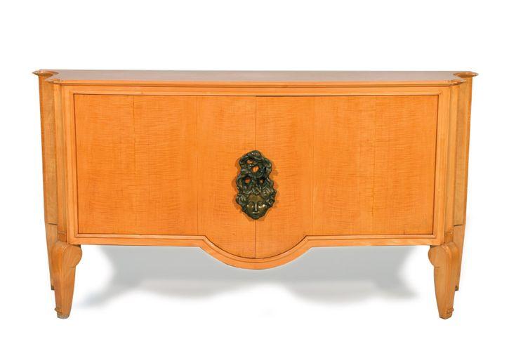 André Arbus (1903-1969), enfilade en bois de placage de sycomore, intérieur en placage d'acajou, entrée de serrure en bronze patiné par Vadim Androusov (1895-1975), 102,5 x 198 x 49 cm.  Estimation : 8 000/12 000 € Dimanche 28 janvier, Vendôme.  Rouillac OVV.